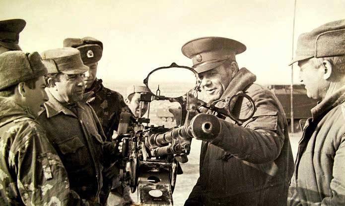 Afghanistan, März 1983. Der erste stellvertretende Stabschef der 40-Armee, Stanislav Shevchenko (zweiter von rechts), inspiziert mit seinen Kameraden das DShK-Maschinengewehr, das von den Dushmans beschlagnahmt wurde. // AUS DEM ARCHIV VON STANISLAVA SHEVCHENKO