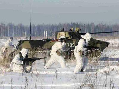 랴잔 지역에서는 낙하산 대원과 함께 과장된 대대적 전술 훈련을 실시했습니다.