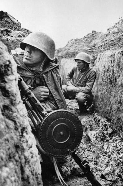 Los combatientes del Frente de Leningrado están sentados en las trincheras antes de la ofensiva, septiembre 1 1941.