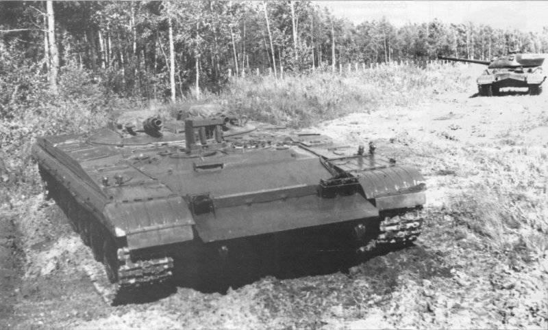 """Tanque experimentado """"Objeto 287"""". En el fondo a la derecha - un tanque pesado T-10M"""