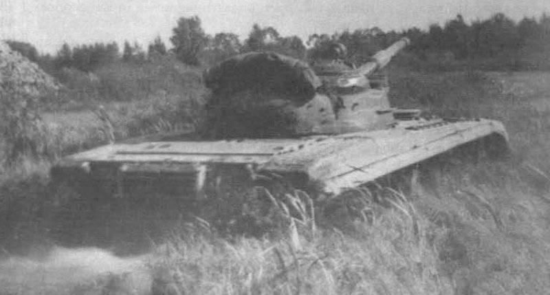 El tanque experimentado T-64A con GTSU supera el área del humedal