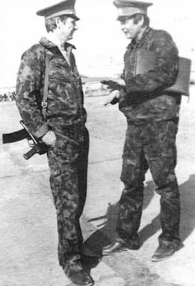 El comandante de la TBAD 13, Gen.-M. L.Ye. Stolyarov (izquierda) y el navegador de la división de la división Y.A. Privalov. Mary-2, Noviembre 1988