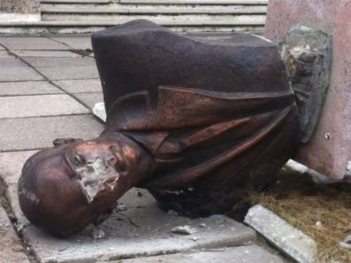 在利沃夫地区,又向UPA的领导人摧毁了两座纪念碑