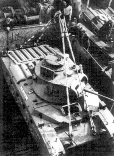 """소련, 1942g로 향하고 우주선의 보류에 탱크 """"마틸다""""를로드합니다."""