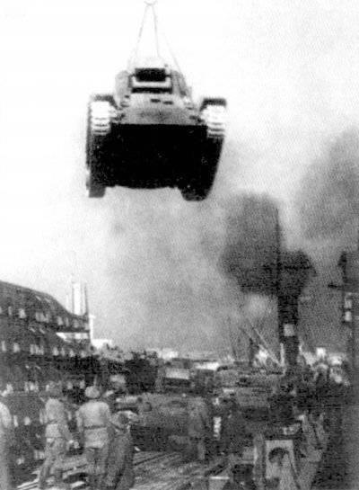 """바쿠 항구에서 영어 탱크 """"발렌타인""""하역. 3 월 1943"""