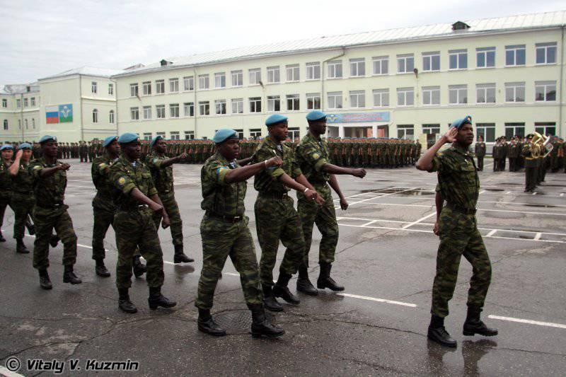Иностранные курсанты маршируют согласно своим правилам. Выпуск РВВДКУ