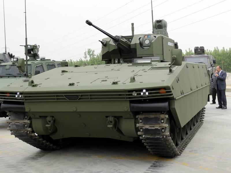 En Turquía, presentó un nuevo vehículo de combate de infantería Tulpar.