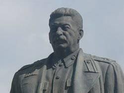 야쿠 츠크에서 승리의 날은 스탈린에 대한 기념비를 엽니 다.