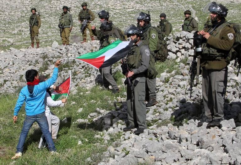 Israel militar encarcela a los niños palestinos y se burla de ellos.