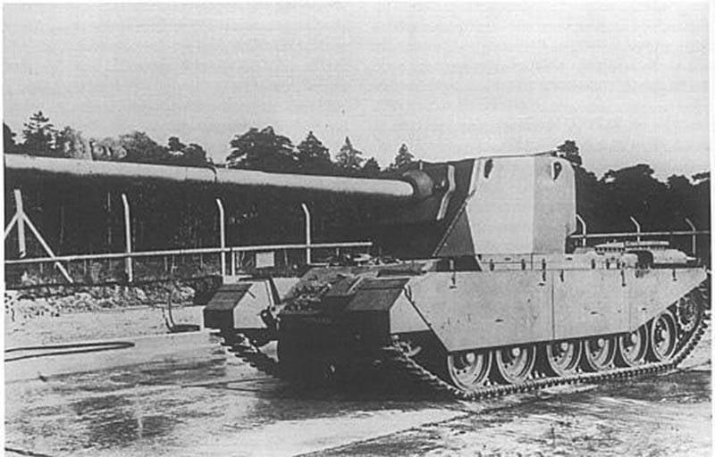 ब्रिटिश टैंक FV4004 और FV4005 को नष्ट कर देता है