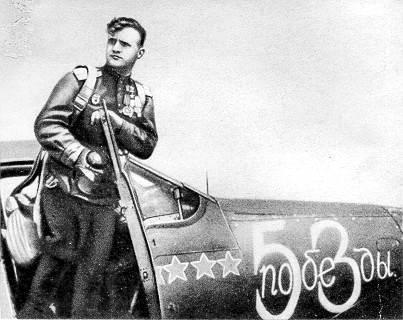 """N. D. Gulaev perto de sua """"Air Cobra""""."""