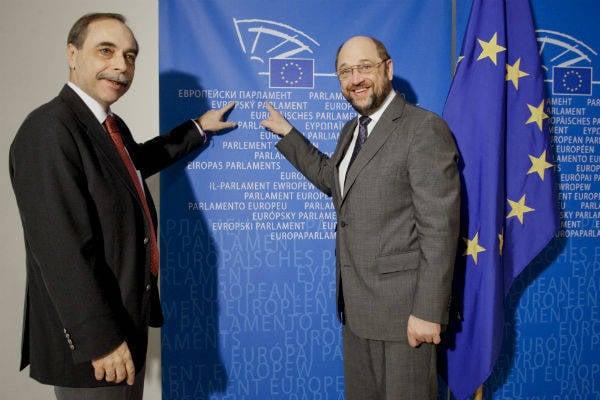 पहले बेलारूस गणराज्य के यूरोपीय संघ के स्थायी प्रतिनिधि, और अब रूस के बॉयस कोटकोव (बाएं) और यूरोपीय संसद के अध्यक्ष मार्टिन शुल्ज़ के लिए बुल्गारिया के राजदूत। फोटो: यूरोपीय संसद