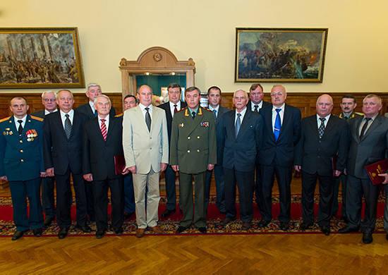 소련 조서 지명자 인 Georgy Zhukov의 이름을 딴 러시아 연방 국가 상을 수여하는 의식은 러시아 국방부에서 열렸습니다.