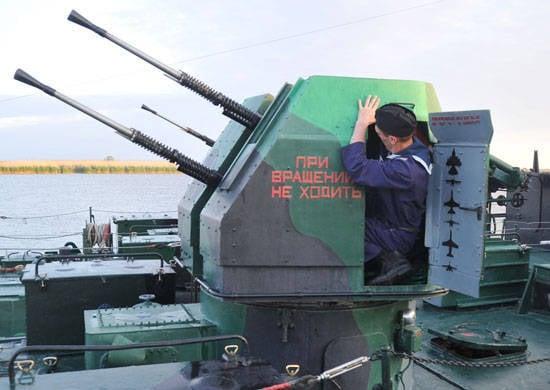 在里海舰队的船上通过了防空教学
