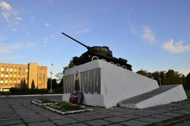 In Kandalaksha wurde zuerst das Denkmal des Großen Vaterländischen Krieges geschrieben und niedergebrannt
