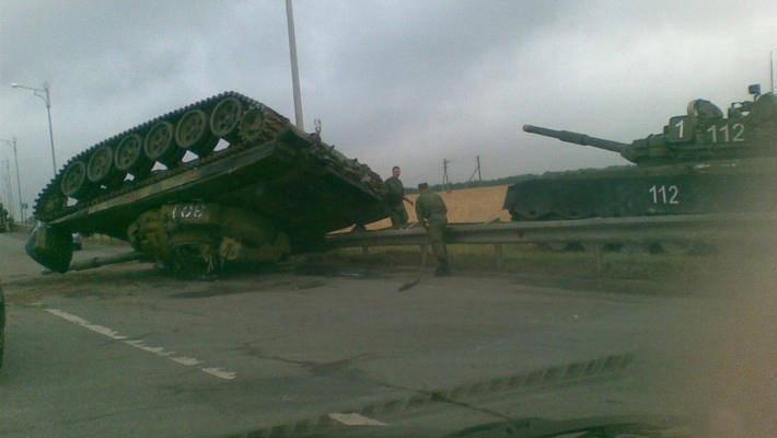 A Kazan, un carro armato è caduto sulla strada