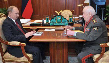 在克里姆林宫,弗拉基米尔·普京将该命令授予Makhmut Gareev将军