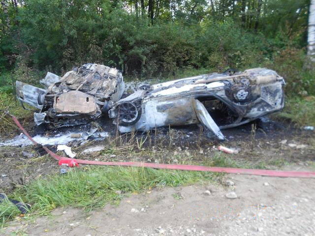 A policeman pulled a family of three out of a burning car