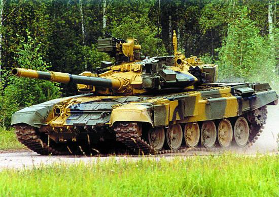 Navios-tanque do Distrito Militar do Sul elaboram o uso de armas do moderno tanque T-90A no Daguestão
