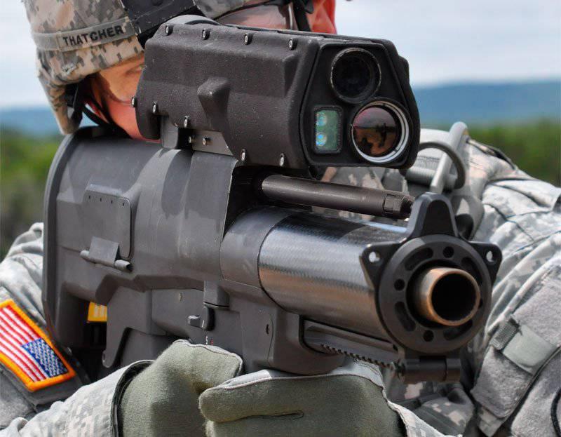 """榴弹发射器""""未来的士兵""""通过"""