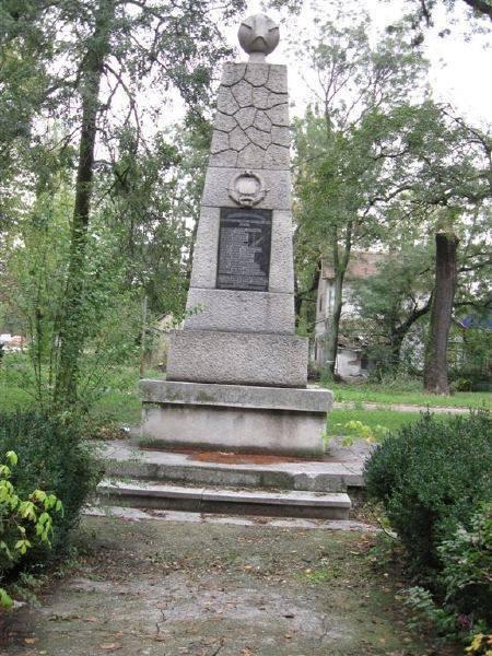 http://topwar.ru/uploads/posts/2013-08/1376624109_spomeniknamestuzjednick.jpg