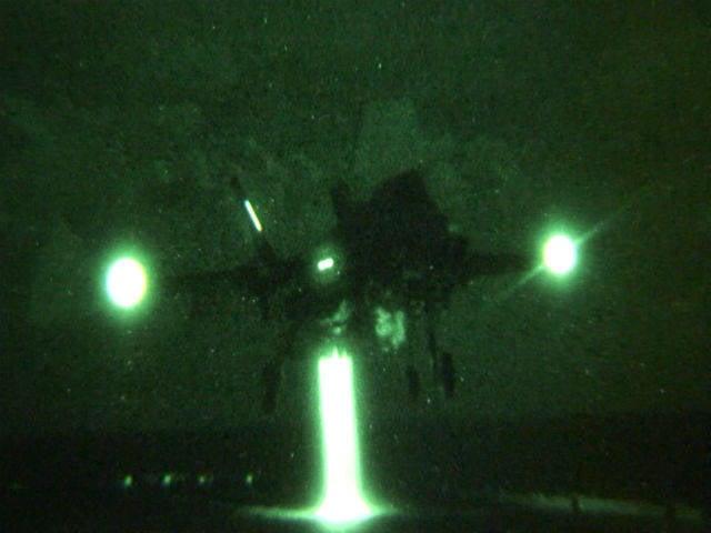 初めてF-35Bが船の甲板に夜間着陸を行いました