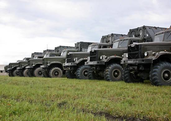 As forças do Ministério da Defesa da Rússia estão evacuando a população e transportando mercadorias nas áreas afetadas pelas enchentes.
