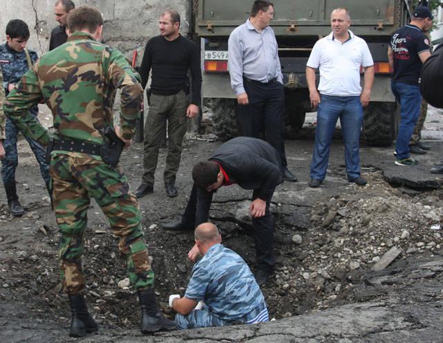 Dos explosiones: la policía de grandes víctimas rescató la barrera del contra-ram.