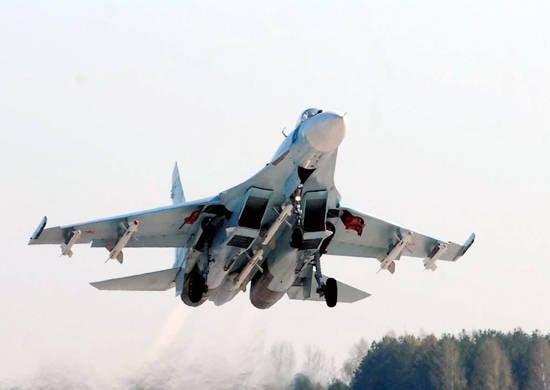 在滨海边疆区,战斗机飞行员使用导弹飞行