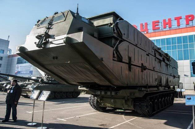 À Omsk, montrera un ferry unique à l'atterrissage sur le châssis du char