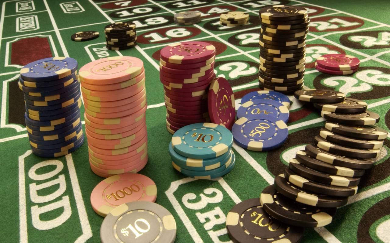 Проигрался мужик в казино, выходит в одних трусах антена голден интерстар 1 м