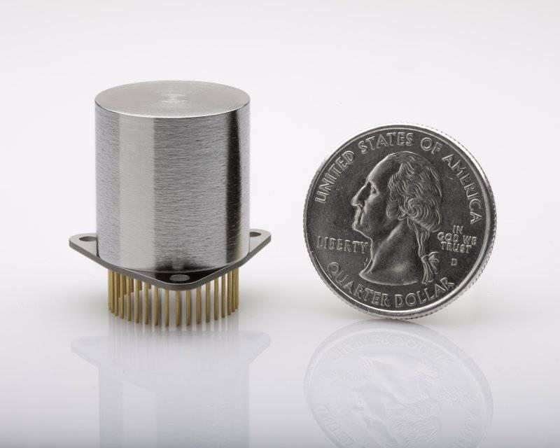 Northrop Grumman tarafından ABD Savunma Bakanlığı İleri Araştırmalar Bölümü ile bir sözleşme kapsamında geliştirilen Micro-NMR jiroskopu (micro-NMRG) (çizim Northrop Grumman).