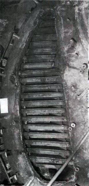 https://topwar.ru/uploads/posts/2013-11/1383714555_50.-odna-iz-nish-s-ustanovlennymi-paketami-napolnitelya-tanka-t-72b.jpg