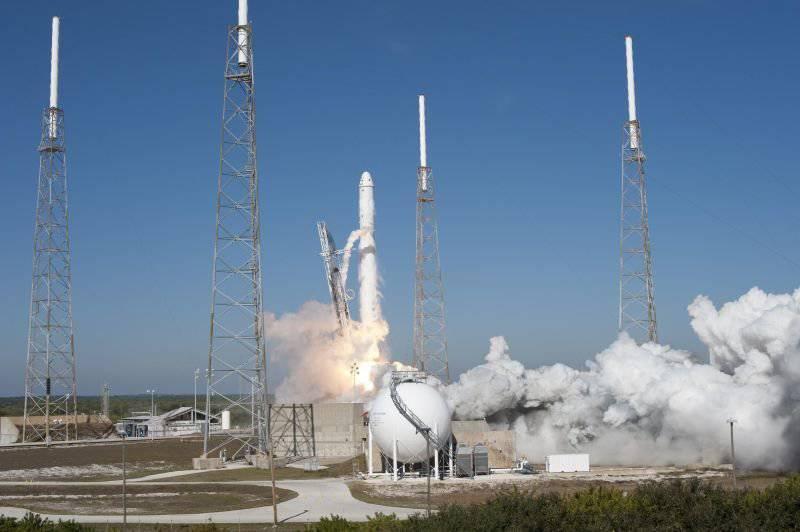 """미국의 로켓 """"Falcon 9""""과의 심각한 경쟁을 기다리고있는 """"Proton-M"""""""