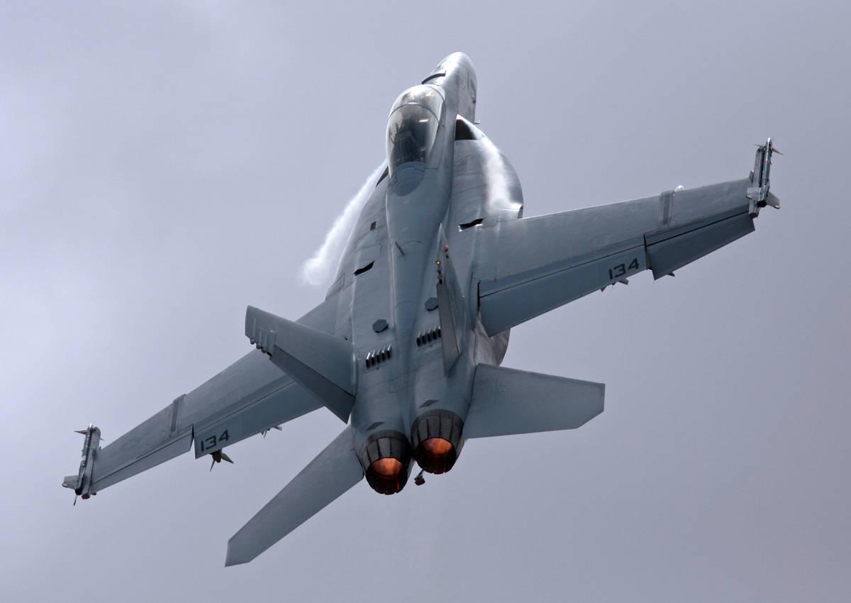 Canadá encomenda 18 caças Super Hornet