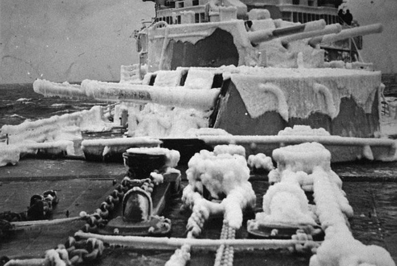 ノーススターの看板の下で。 北極圏の軍艦