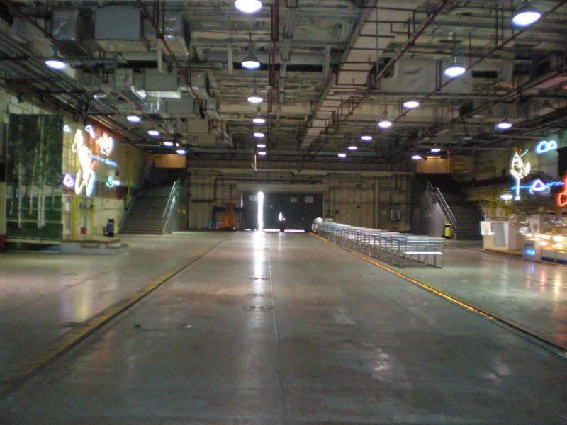 1385934680_minsk_hangar_deck.jpg