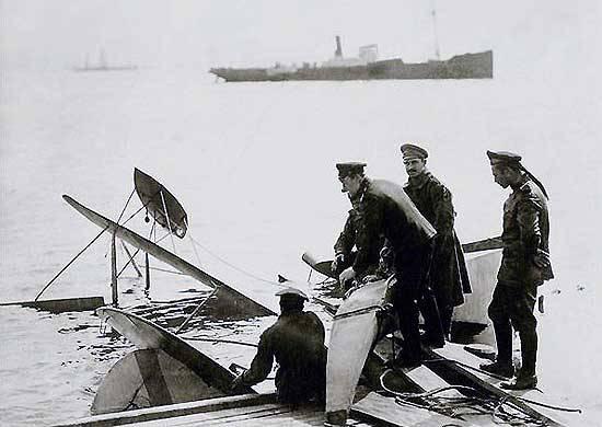 中尉的反向飞行I.I. Kulneva。 乘坐100周年纪念世界上第一架飞机倒挂在水上飞机上