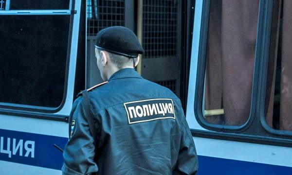 有一辆轰炸机的腰带的妇女在公共汽车被拘留了