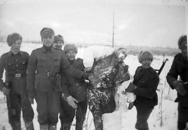 Suomussalmi. A dura verdade da guerra ... soldados finlandeses posando ao lado do corpo de um exército vermelho congelado. http://pictures-of-war.livejournal.com/127505.html