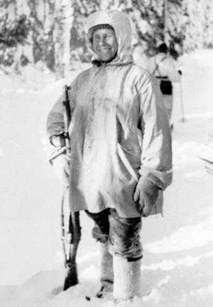 "O famoso atirador finlandês, o símbolo do finlandês ""cuco"" Simo ""Valkoinen Kuolema"" (""Morte Branca"") Hyahya, destruiu mais de 500 soldados soviéticos. Fotos do arquivo finlandês da Guerra de Inverno http://sa-kuva.fi"