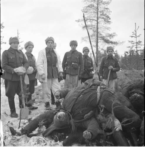 A equipe funerária finlandesa está posando contra o pano de fundo dos mortos 9 mortos do esquadrão 3 da empresa 81. Fotos do arquivo finlandês da Guerra de Inverno http://sa-kuva.fi