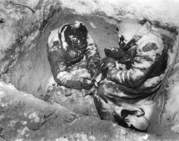 Os soldados do Exército Vermelho da divisão 44 congelaram em uma trincheira. Do arquivo do fotojornalista americano Carl Midans