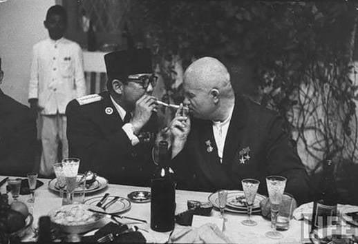 Khrushchev comenzó deliberadamente a desperdiciar el legado de Stalin
