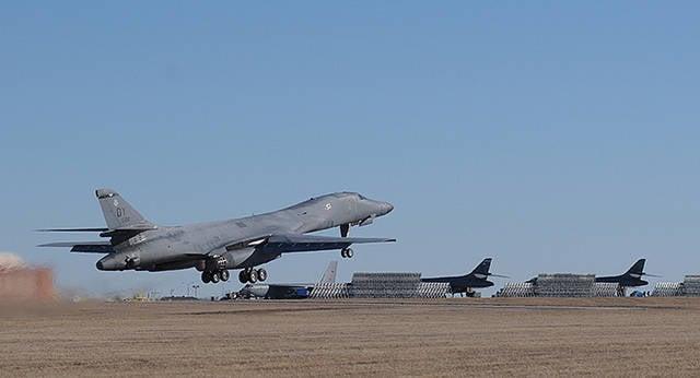 USAF, ilk yükseltilmiş B-1 bombardıman uçağını bütünleşik bir savaş istasyonuyla aldı