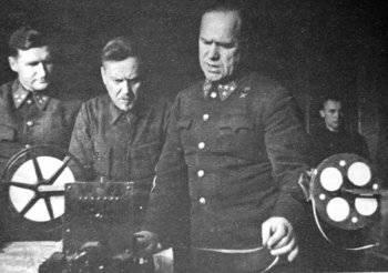 Befehl der Westfront. Von links nach rechts: Stabschef Generalleutnant V.D. Sokolovsky, Mitglied des Militärrats N.A. Bulganin, Befehlshaber der Westfront, General der Armee GKZhukov. Herbst 1941 des Jahres. Quelle: http://perevodika.ru/articles/18935.html