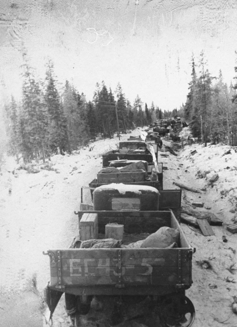 Trem de vagão soviético quebrado. Do arquivo do fotojornalista americano Carl Midans