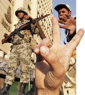 군대의 강한 손. 이집트는 이슬람교도가 아니라 군대를 선택했다.