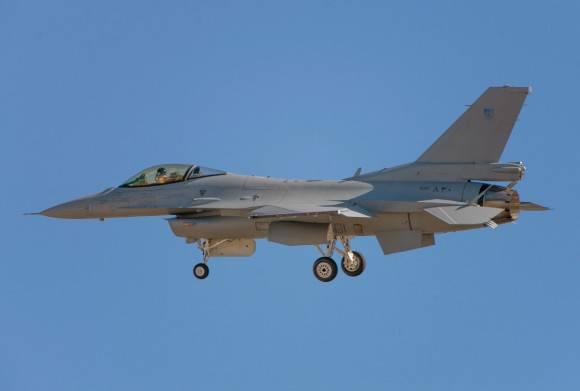 オマーンの空軍は最初のF-16戦闘機を受け取りました