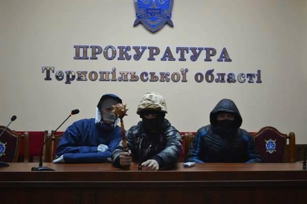 キエフは燃えている。 ファン、監査人、学芸員、大統領、そして野党のヒント…